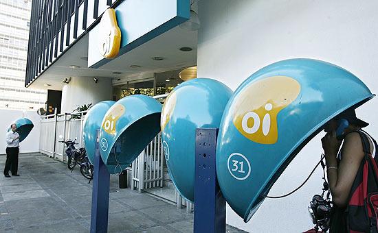 Telefones públicos da Oi no Rio; empresa está proibida de cobrar ligações locais a partir de orelhões de 2.020 municípios