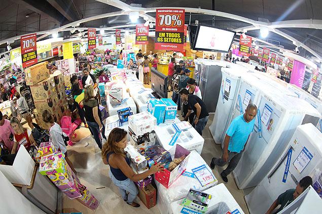 Consumidores em loja do Magazine Luiza, em São Paulo; governo vai propor trabalho em períodos menores