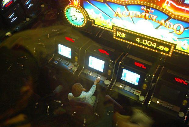 Jogadores em bingo na av. Sumaré (SP), em 2004; jogo foi banido do país em 2007