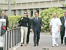 Presidente francês, Nicolas Sarkozy, deixa o hospital nesta segunda ao lado da mulher
