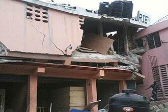 Parte de prédio desmorona na capital haitiana devido a terremoto; sismo de magnitude 7 causou danos generalizados na cidade