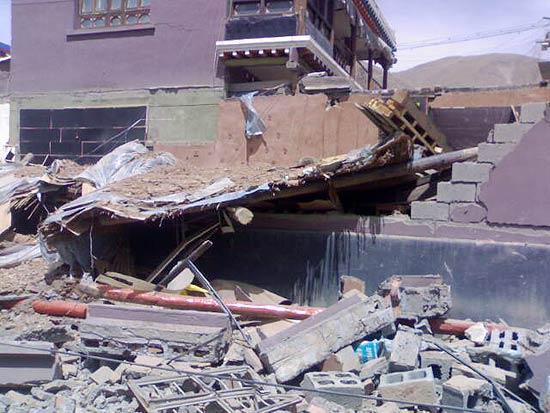 Foto  tirada de celular mostra destroços de casas em uma das ruas de Yushu, na  região noroeste da China