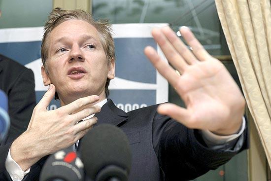 Imagem de arquivo mostra o criador do site WikiLeaks durante uma entrevista coletiva em Genebra, na Suíça