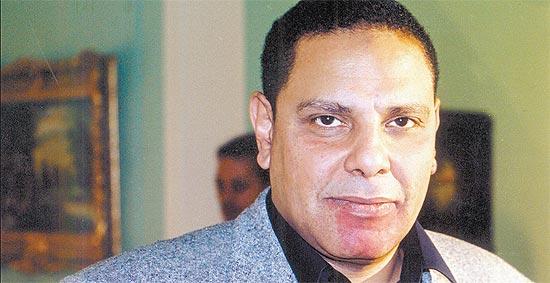 O escritor e líder oposicionista Alaa Al Aswany no Cairo, onde trabalha como dentista