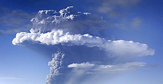Nuvem de fumaça expelida pelo vulcão Grimsvoetn, na Islândia; ao menos 250 voos são cancelados