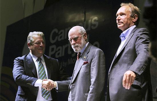 Al Gore cumprimenta o americano Vinton Cerf, que está ao lado do britânico Tim Bernes-Lee; Cerf e Lee são considerados os pais da internet