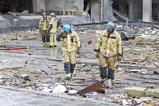 Equipes de resgate trabalham em local de explosão em Oslo; ao menos 17 morreram em duplo ataque na Noruega