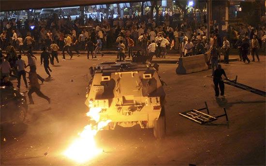 Confronto entre cristãos egípcios e a polícia. O enfrentamento ocorreu durante protesto contra ataque a igreja
