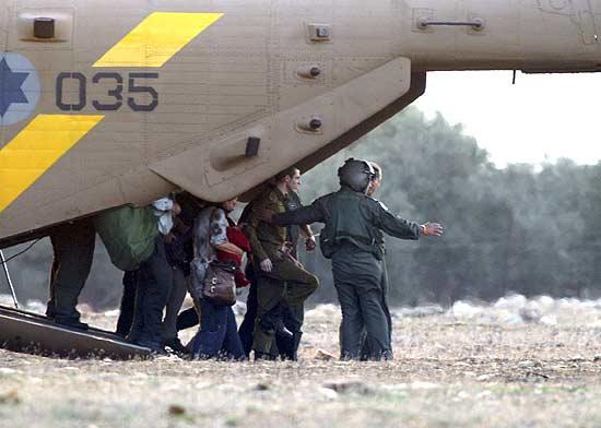 Gilad Shalit desembarca de um helicóptero da Força Aérea israelense próximo a Mitzpe Hila, seu povoado natal