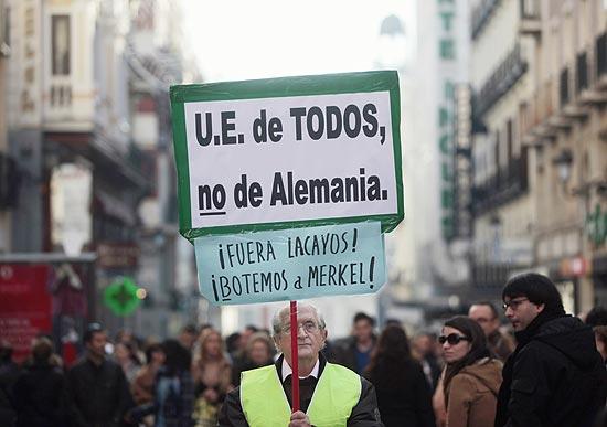 """""""UE é de todos, não da Alemanha. Fora Merkel"""", diz cartaz em protesto na Espanha ainda no ano passado"""