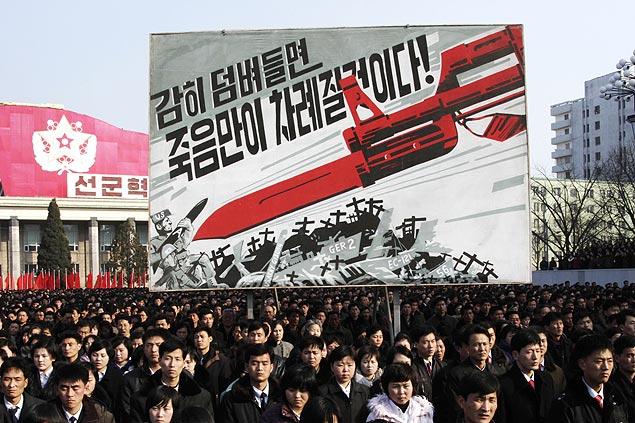 Norte-coreanos se reúnem para ouvir pronunciamento de chefe militar sobre cancelamento do armistício com o Sul