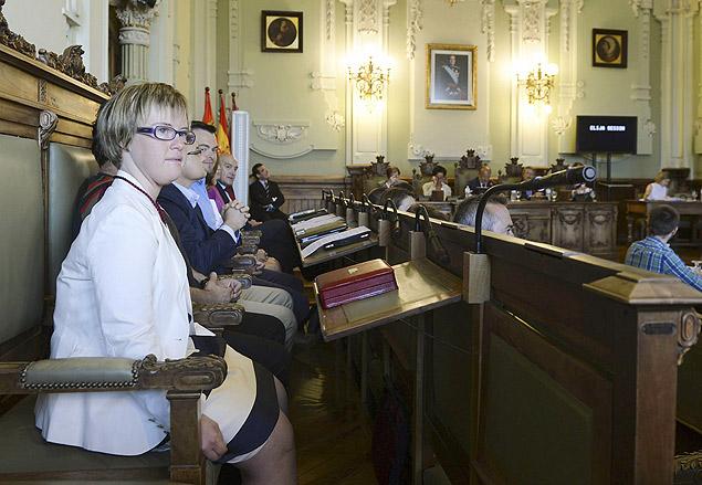 Ángela Bachiller, que tem síndrome de Down, toma posse como vereadora na cidade de Valladolid, no norte espanhol