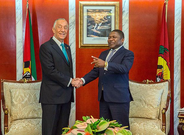 O presidente português, Marcelo Rebelo de Sousa, (esq.) saúda o colega moçambicano Filipe Nyusi