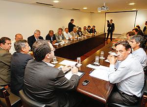 Nelson Barbosa, Gilberto Carvalho e Carlos Lupi recebem representantes das centrais sindicais no Palacio do Planalto.