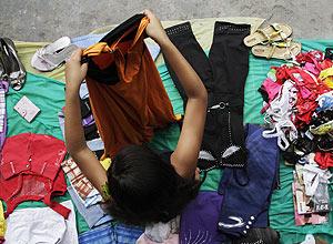 Menina menor de 10 anos vende roupas em feira de Manaus