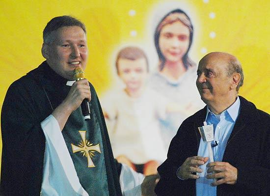 O candidato do PSDB à Prefeitura de São Paulo, José Serra, em missa celebrada pelo padre Marcelo Rossi