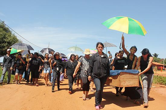 Produtores fazem enterro simbólico em protesto contra despejo em área indígena em Mato Grosso