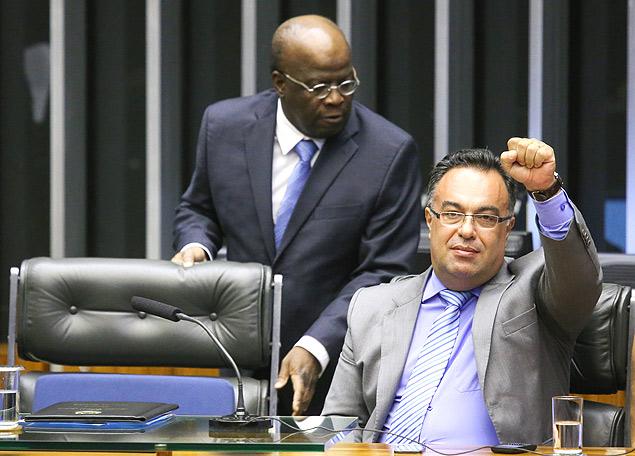 Joaquim Barbosa passa pelo deputado André Vargas (PT-PR), vice-presidente da Câmara dos Deputados
