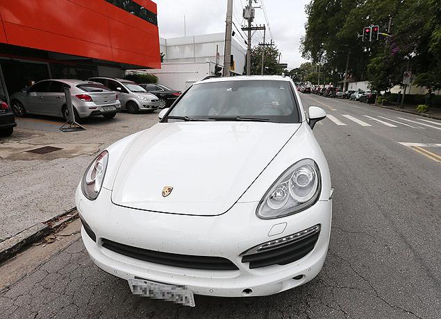 Val Marchiori dirige seu Porsche Cayenne S, modelo 2014, pelas ruas dos Jardins, bairro de São Paulo