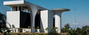 BEO HORIZONTE, MG, BRASIL, 24-06-2016, 06:30h. Complexo arquitetônico da Cidade administrativa de Minas Gerais. O plano da Cidade Administrativa foi elaborado por Oscar Niemeyer, tendo as obras sido concluídas em fevereiro de 2010. A construção foi custeada pela Companhia de Desenvolvimento Econômico de Minas Gerais.(Alexandre Rezende/Folhapress PODER) *** EXCLUSIVO FOLHA *** ORG XMIT: Alexandre Rezende --- Prédio da Cidade Administrativa, sede do governo de Minas Gerais construída durante a gestão de Aécio Neves (PSDB)