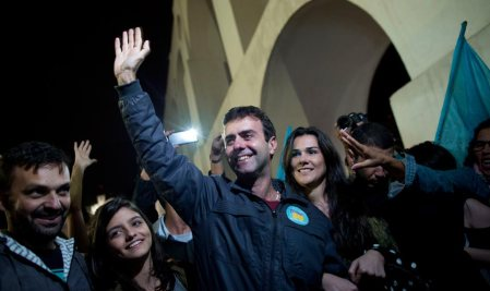 O deputado estadual Marcelo Freixo (PSOL) acena para a militância ao comemorar a ida ao 2º turno no Rio