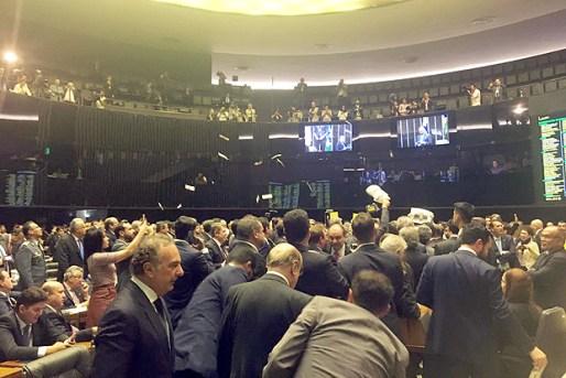 Plenário da Câmara durante sessão que decide se denúncia contra Temer seguirá para o STF