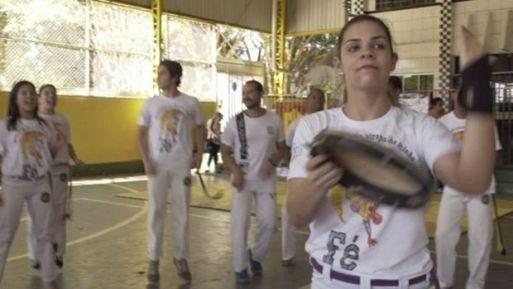 O pastor com berimbau chega aonde o pastor de terno não chega', diz a professora de capoeira Laís Dutra