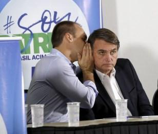 RIBEIRAO PRETO, SP, BRASIL- 17-08-2017 : Da esquerda para direita o deputado Eduardo Bolsonaro, filho de Jair Bolsonaro, ( CENTRO) e Adilson Barroso ( esquerda), presidentro do partido Patriota, durante palestra no centro de eventos em Ribeirao Preto, interior de Sao Paulo . ( Foto: Joel Silva/Folhapress ) ***PODER *** ( ***EXCLUSIVO FOLHA***)