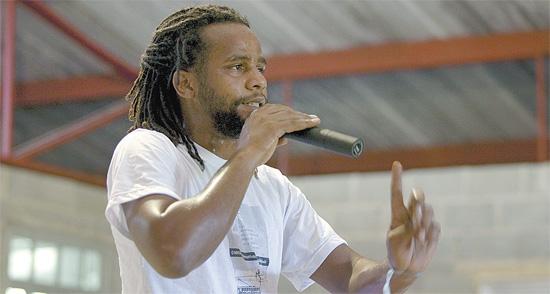 """Tião, do documentário """"Lixo Extraordinário"""", em assembleia dos catadores de lixo do Jardim Gramacho (RJ)"""