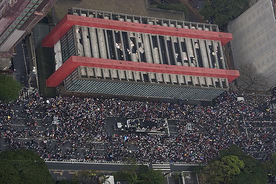 Foto aérea mostra o desfile da última Parada Gay