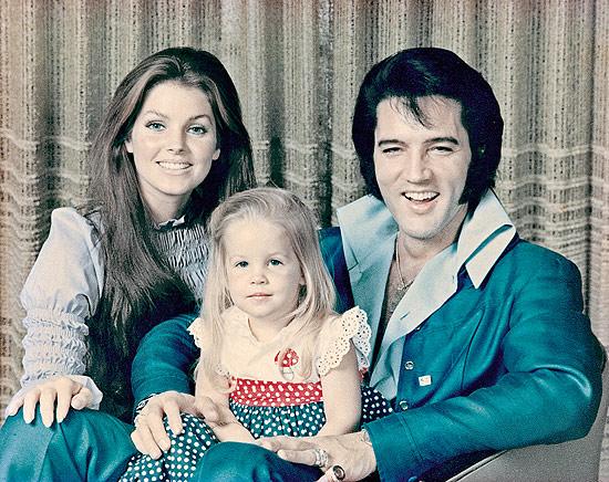 Família feliz Presley: integrantes Priscilla, Lisa Marie, 2, e Elvis, o rei do rock, em 1970