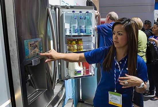 Demonstradora da Samsung apresenta geladeira que se conecta à internet durante a feira CES, em Las Vegas