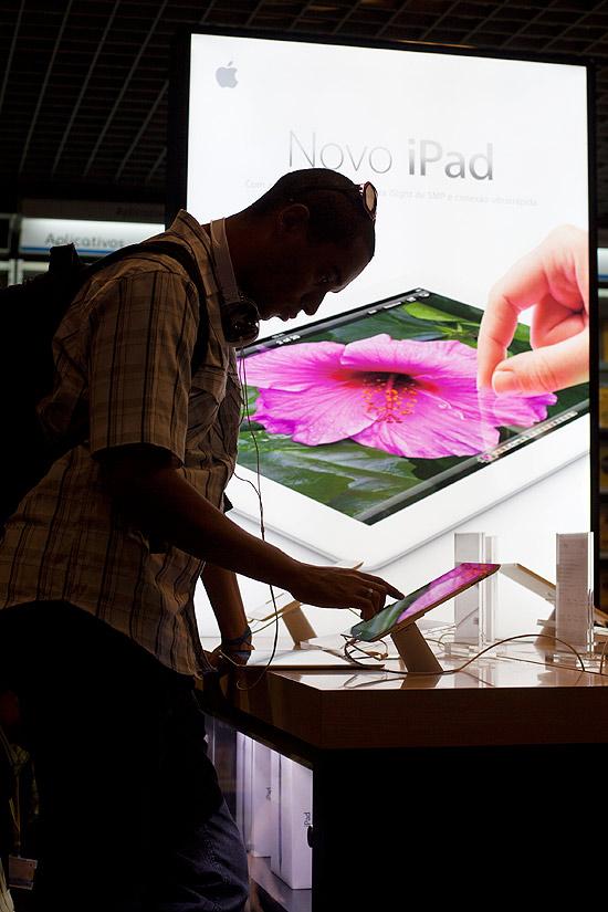 Consumidor testa iPad 3 em loja de São Paulo; substituição pelo iPad 4 está custando um processo para a Apple