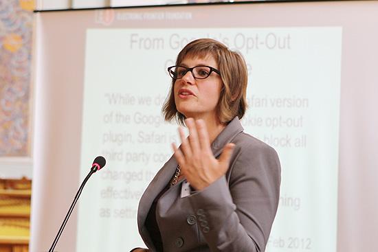 Rainey Reitman, diretora de ativismo da Electronic Frontier Foundation, durante conferência na Romênia