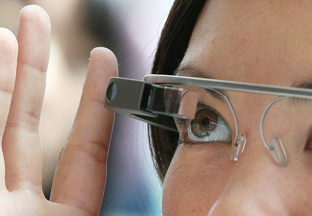Participante da conferência para desenvolvedores do Google, chamada I/O, testa os óculos inteligentes Glass