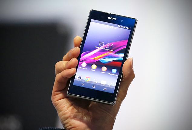 Funcionário da Sony exibe o Xperia Z1, smartphone cujo destaque é a câmera de 20,1 Mpixels
