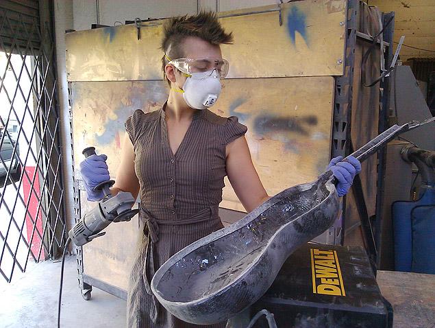 A hacker Alex Glowaski, 26, faz um violão de fibra de carbono no 'hackerspace' Noisebridge