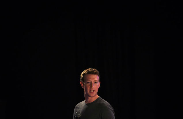 O fundador do Facebook, Mark Zuckerberg, em conferências na Índia. Pessoas são mais felizes fora da rede social, diz pesquisa