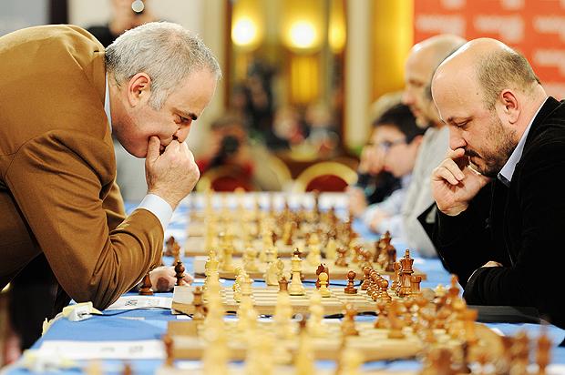 (151227) -- ZAGREB, diciembre 27, 2015 (Xinhua) -- El excampeón mundial de ajedrez, Garry Kasparov (i), juega partidas de ajedrez contra 18 personas simultáneamente, en un hotel en Zagreb, capital de Croacia, el 27 de diciembre de 2015. De acuerdo con información de la prensa local, el evento se llevó a cabo con el objetivo de popularizar el ajedrez entre niños y jóvenes. (Xinhua/Miso Lisanin) (da) (ah)