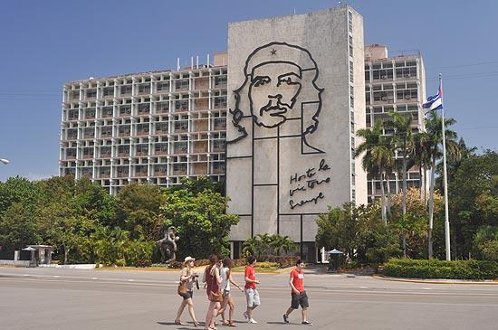 Turistas passeiam na Plaza de la Revolucion, em Havana; cidade tem 'acervo revolucionário
