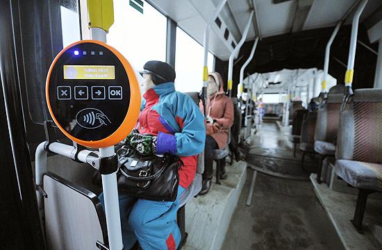 Passageiros em ônibus de Tallinn, primeira capital europeia a oferecer transporte gratuito