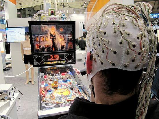 Berlin Brain Computer Interface, que pesquisa inteligência artificial, apresentou um pinball movido pelo cérebro