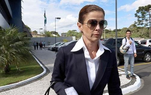 Mulher de Cunha, a jornalista Claudia Cruz, deixa a sede da PF em Curitiba (PR), após visitar o marido na tarde desta quarta-feira