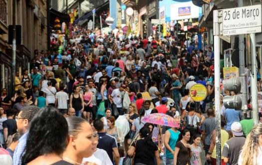 SÃO PAULO,SP,10.12.2016:MOVIMENTAÇÃO 25 DE MARÇO - Movimentação no comércio da Rua 25 de Março em São Paulo, SP, neste sábado (10), para as compras de Natal. (Foto: Rogerio Cavalheiro/Futura Press/Folhapress)