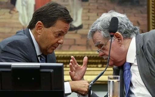 Sergio Zveiter (relator) e o advogado Antônio Mariz (à dir.) durante leitura do parecer sobre denúncia contra Temer na CCJ da Câmara