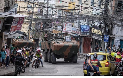 Exército cerca os principais acessos da favela da Rocinha, na zona sul, para conter guerra de traficantes no Rio de Janeiro