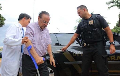 O deputado Paulo Maluf (PP-SP), 86, chega ao IML de Brasília para exame de corpo de delito; parlamentar ficará preso na Papuda
