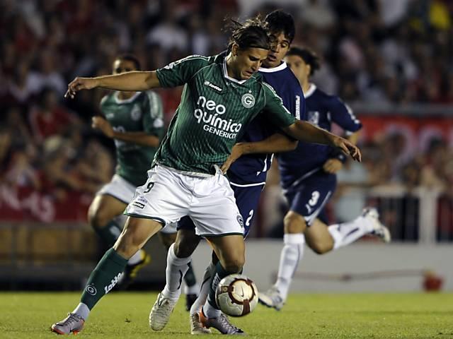 Rafael Moura protege a bola durante a final da Sul-Americana