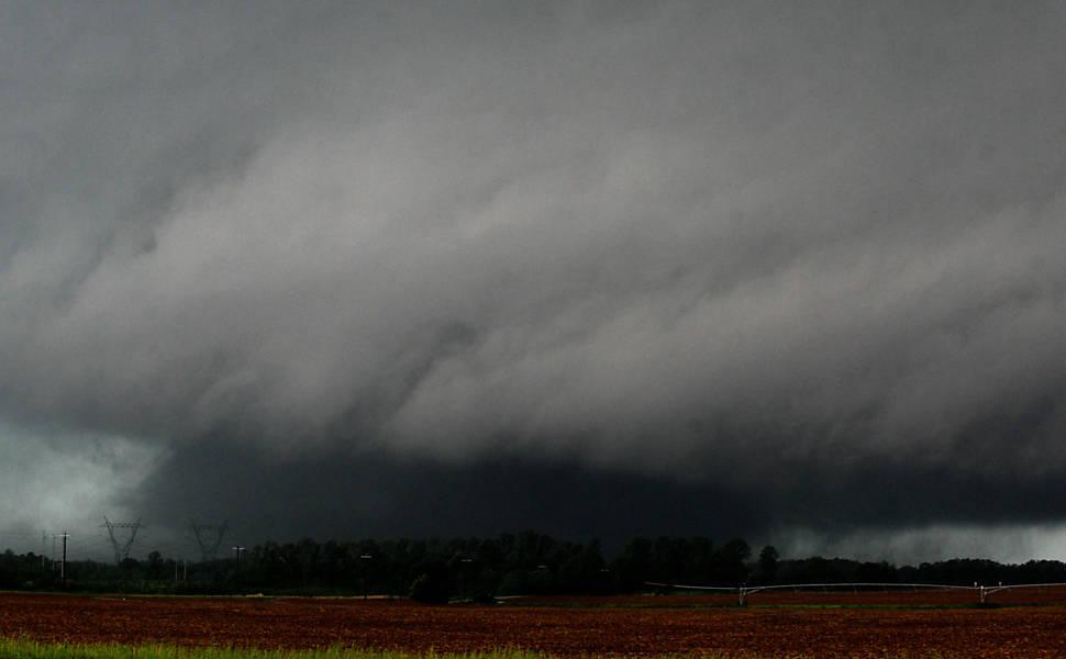 Tornado é visto sobre condado de Limestone, no Alabama (EUA) Leia mais