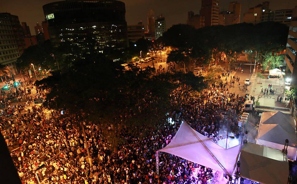 Público presente na Praça Alfredo Issa, na LUZ, durante a Virada Cultural 2012 Leia mais